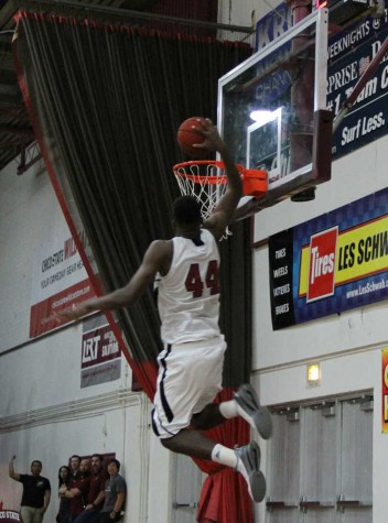 Men's basketball team breaks its winning streak