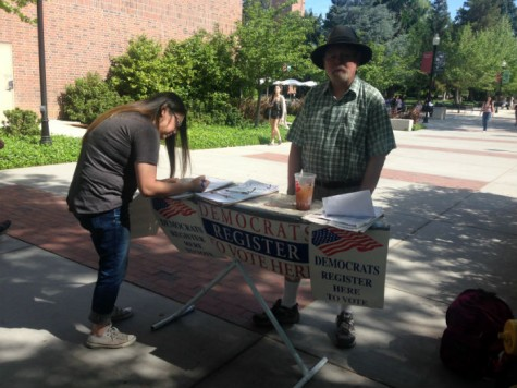 Deanna Salas, left, registers to vote with Mike Hawkins. Photo credit: Gabriel Sandoval