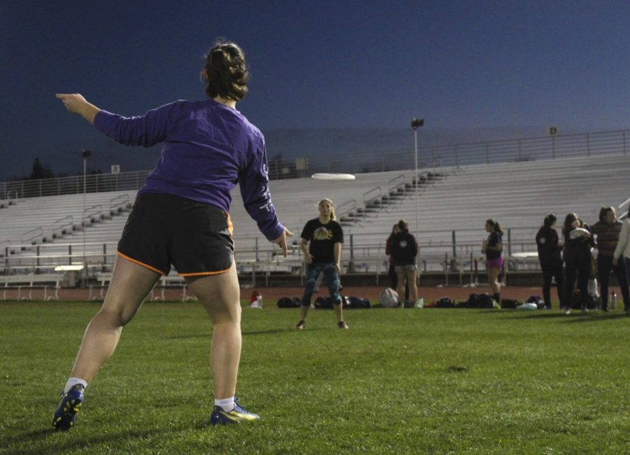 Annabelle+Cole%2C+a+freshman+on+Chico%27s+Women%27s+Ultimate+team+flicking+a+disc+to+teammate+Rose+McDonough+before+a+late-night+practice+at+the+University+Stadium.+Photo+credit%3A+Anne+Chamberlain