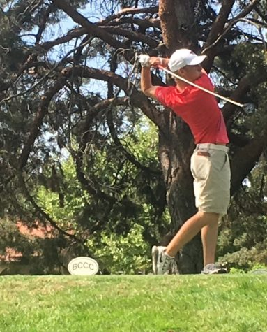 Kelley Sullivan tees off at the CCAA Championship at Butte Creek Country Club in Chico. Photo credit: Andrew Baumgartner