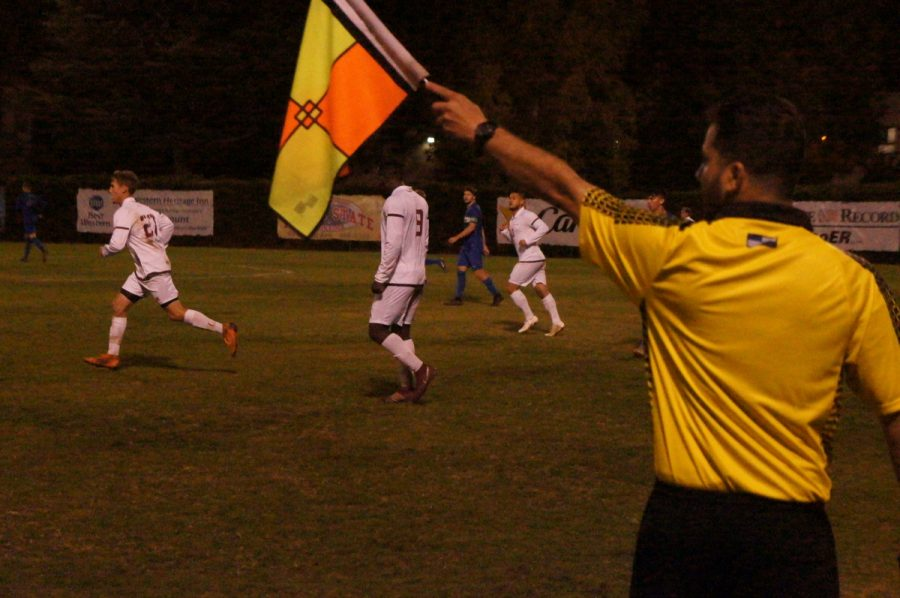 A+referee+signals+possession+of+the+ball+while+both+Chico+State+and+Cal+State+San+Marcos+get+ready+for+the+ensuing+play+on+Thursday.+Photo+credit%3A+Keelie+Lewis