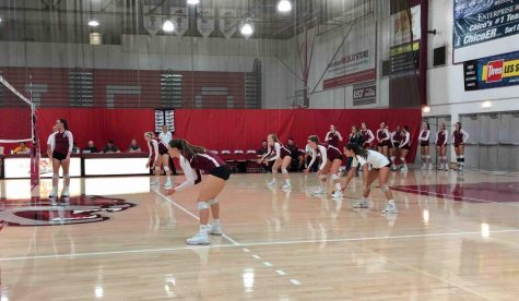 Chico State volleyball in defensive position as they wait for California State University, East Bay to serve. Sept. 22, 2018. Photo credit: Lucero Del Rayo-Nava