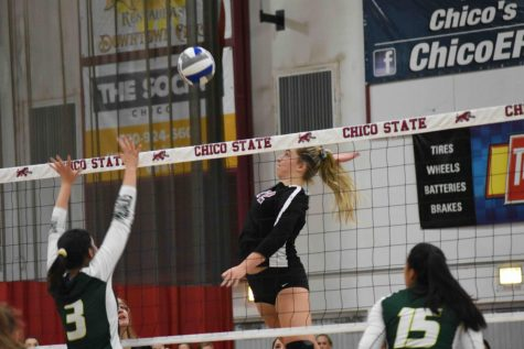 Makaela Keeve spiking the ball over the net. Photo credit: Hana Beaty