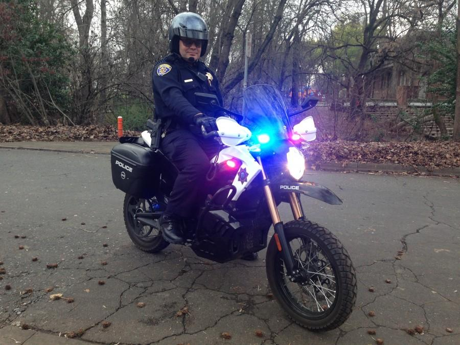 University+Police+Officer+Lance+Conlan+flashes+the+lights+on+an+electric+motorcycle+borrowed+from+San+Jose+State.+Photo+credit%3A+Gabriel+Sandoval