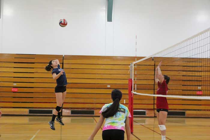 Sophomore+Taylor+Guy+attempts+a+kill+during+practice.+Photo+credit%3A+Jordan+Olesen