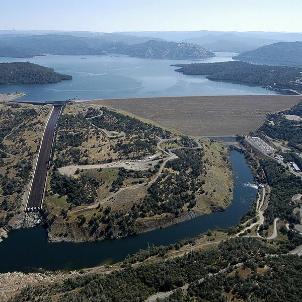 Oroville lake, spillway and emergency spillway. Photo courtesy of California Department of Water Resources.