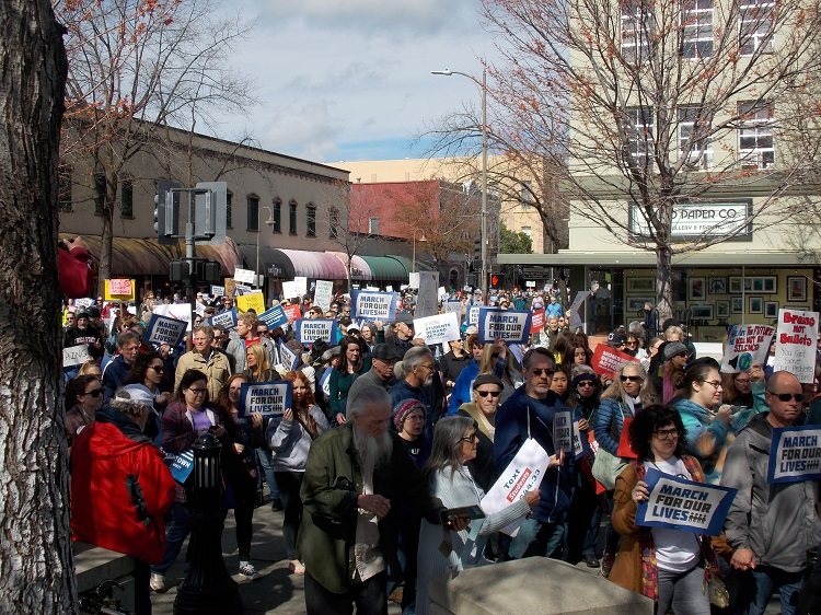 Marchers+return+to+the+downtown+plaza+in+crowds.+