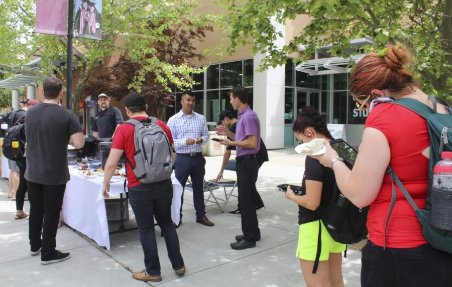 Chico State students line up outside Bell Memorial Union on Thursday afternoon to fill out a 1-minute survey online in exchange for free nachos offered by Associated Student Dining. Photo credit: Anne Chamberlain