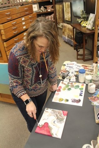 Bethany Abt working on a canvas during a demo. Photo credit: Alex Coba