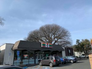 Man barricaded in 7-Eleven on Walnut Street